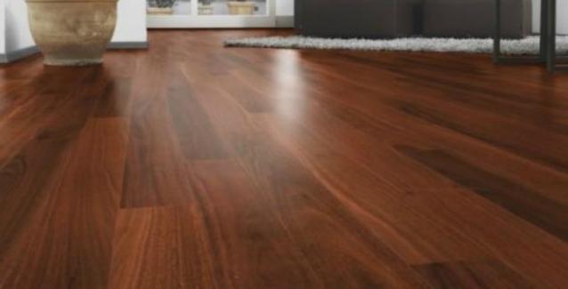 2051937d983a Το ξύλινο πάτωμα δημιουργεί ζεστασιά και μια γλυκιά ατμόσφαιρα μέσα στο  σπίτι αλλά αυτό που μπορεί να δυσκολεύει όσους το έχουν επιλέξει