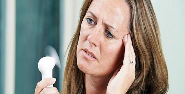 Δέκα φυσικοί τρόποι για να αντιμετωπίσετε τα συμπτώματα της εμμηνόπαυσης
